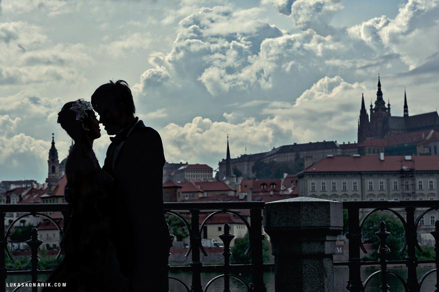 silueta nevěsty a ženicha v Praze