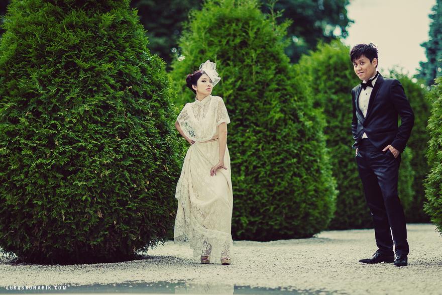 nevěsta v retro šatech v okolí pražského hradu