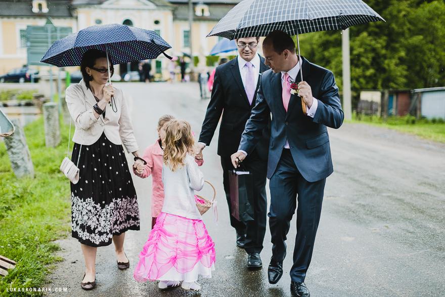 svatebčané před obřadem