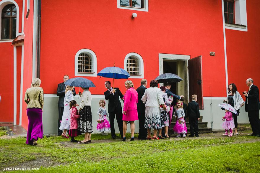svatebčané před kostelem