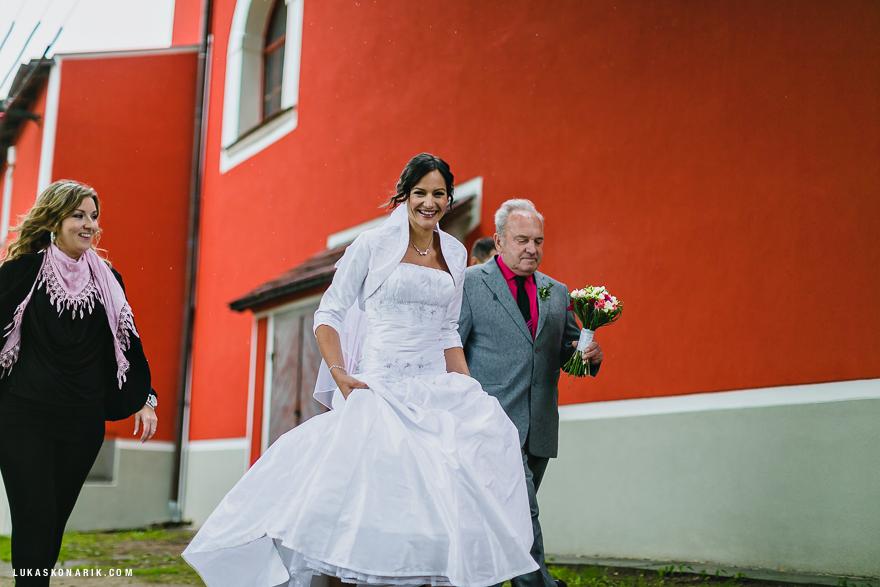 příchod nevěsty na svatbu