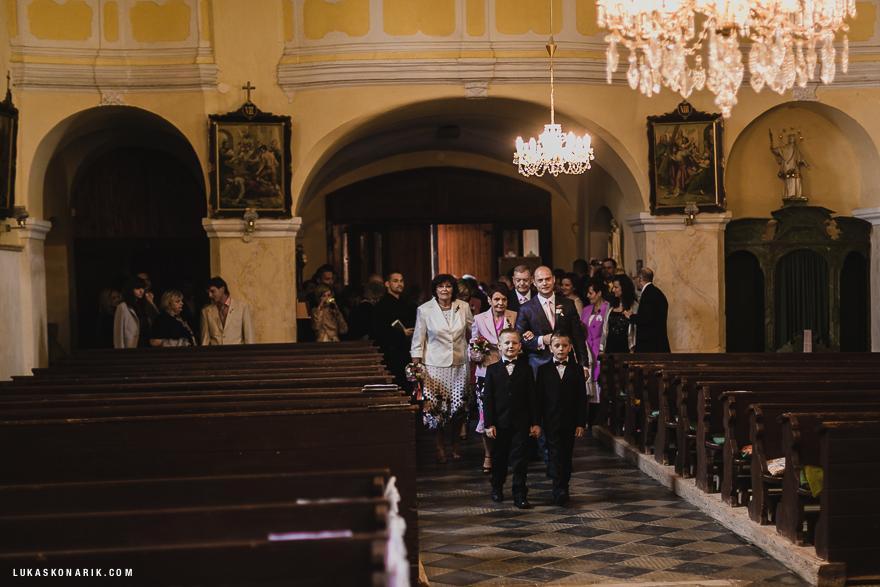 příchod svědků na svatební obřad v kostele