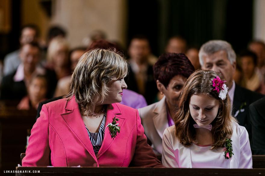 svatebčané v kostele