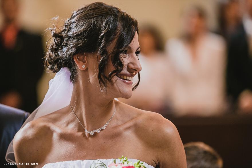 detail nevěsty při obřadu