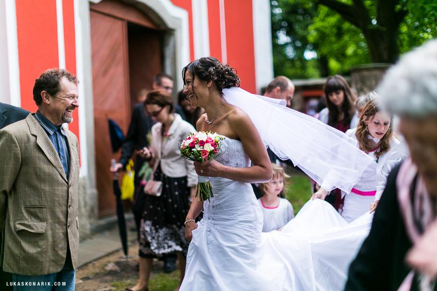 svatební momenty před kostelem v Úsobí