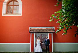 svatební fotografie u červeného kostela v Úsobí