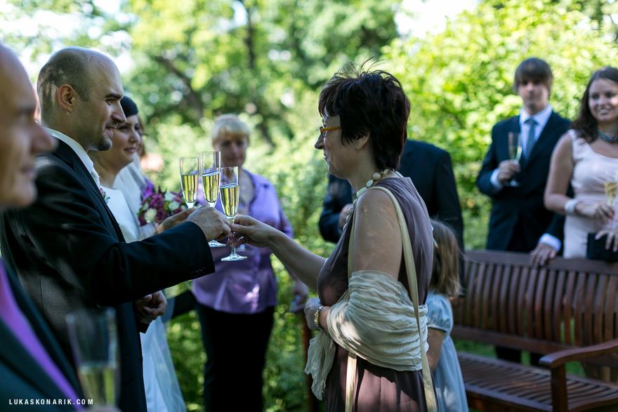 svatební hosté při obřadu v rezidenci Liběchov