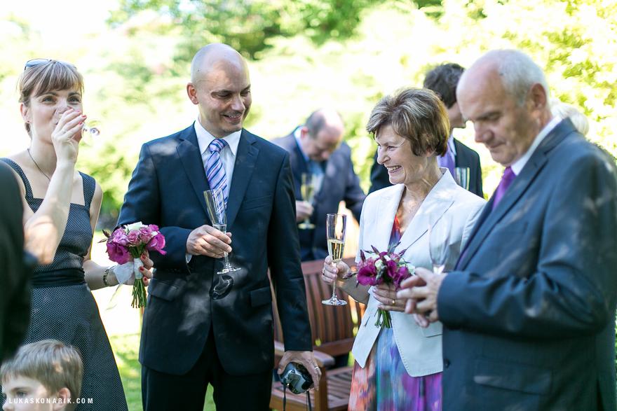 ženich a svatebčané na zahradě rezidence Liběchov