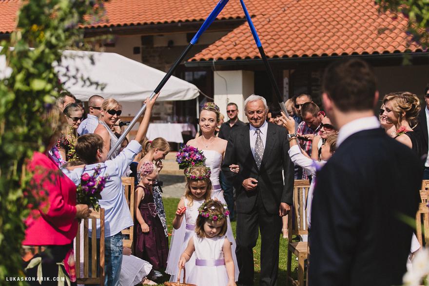příchod nevěsty k oltáři