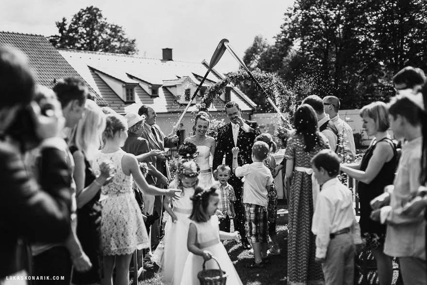 veselá svatební fotografie na farmě Blaník