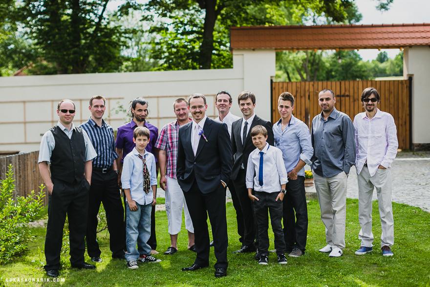 ženich a pánové na svatbě