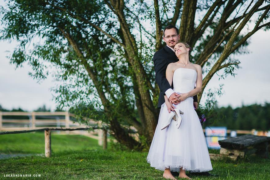 zamilovaný pár u rybníka
