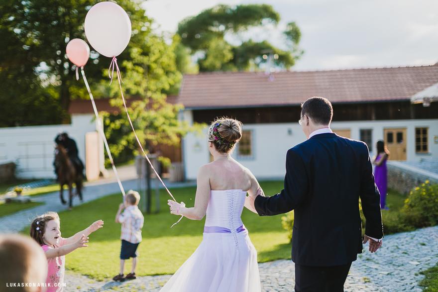 veselá svatba plná dětí
