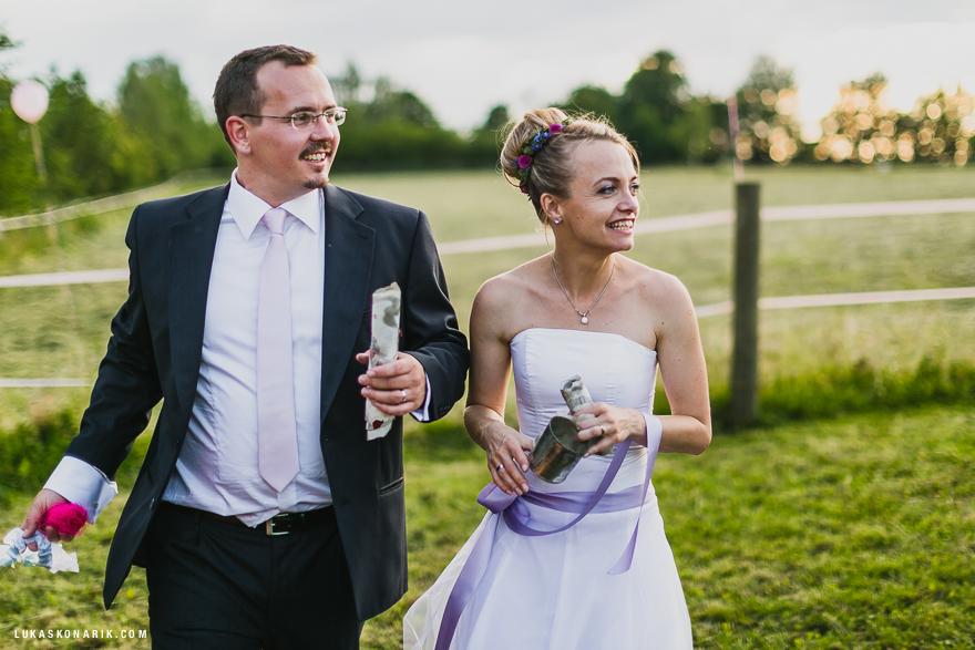 nevěsta a ženich při hře o hledání pokladu
