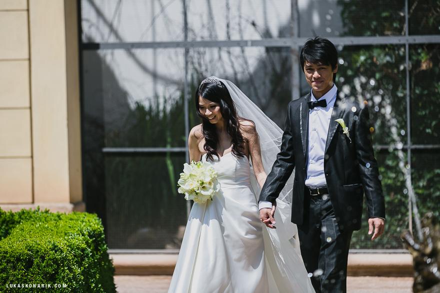 příchod nevěsty a ženicha na svatbní obřad v Praze