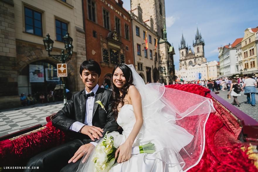 nevěsta a ženich v kočáře v Praze