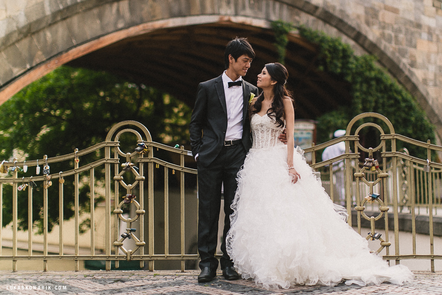 novomanželé v Praze na Kampě