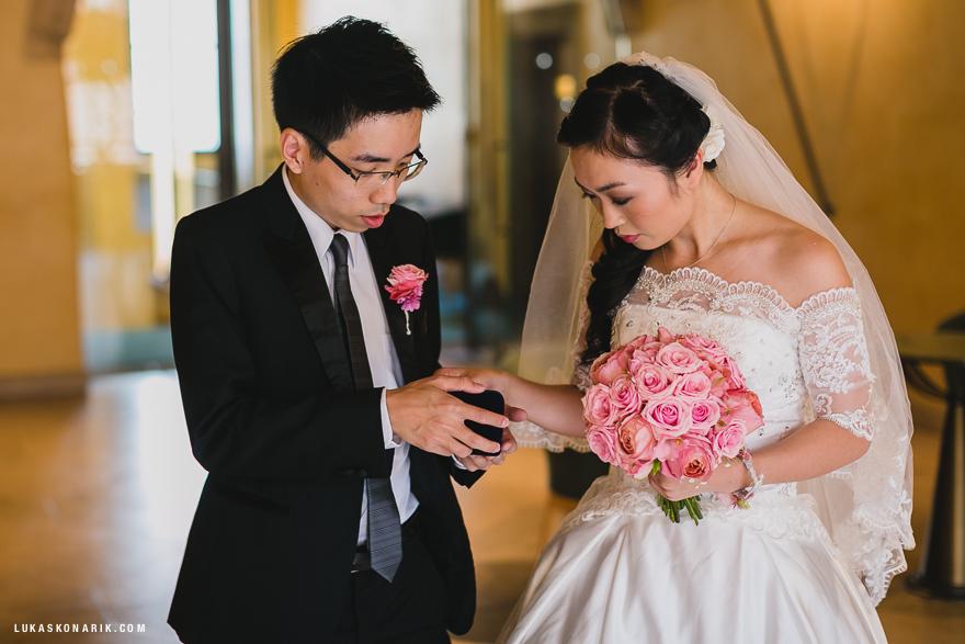 svatební fotografie před obřadem na Staroměstské radnici v Praze