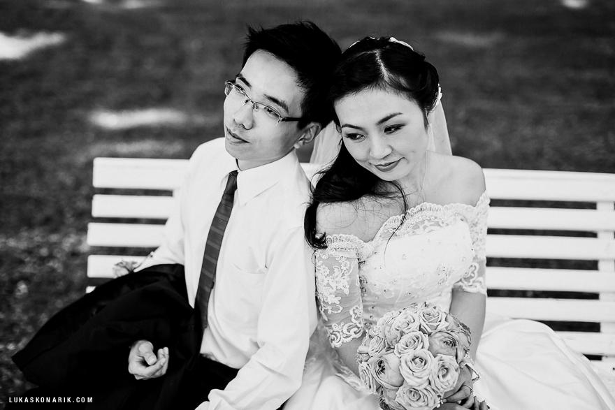 svatební fotografie novomanželů v Praze na lavičce
