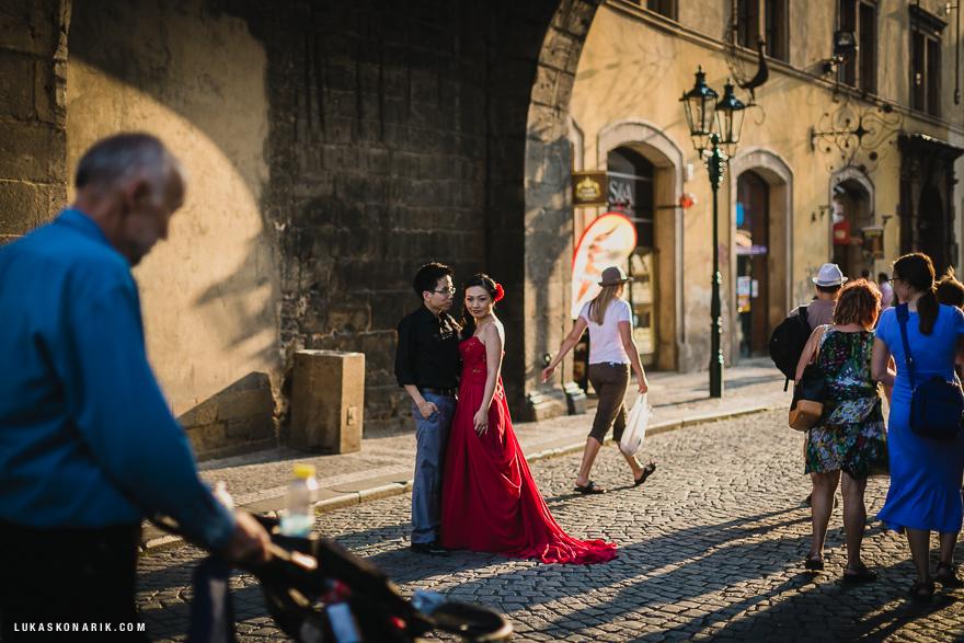 úžasná svatební fotografie v Praze, nevěsta v rudých šatech