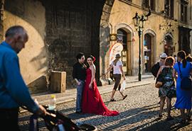 nevěsta v rudých šatech v Praze, svatební fotografie Praha