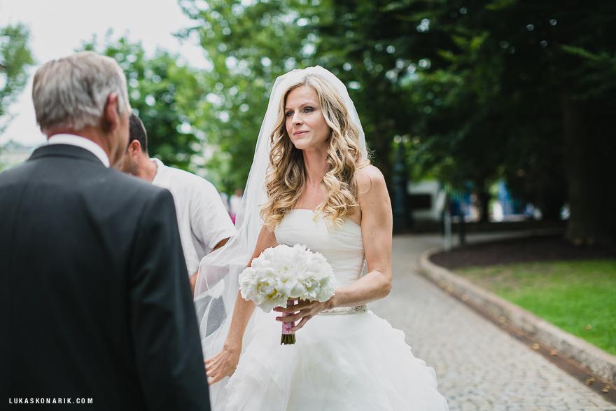 nevěsta před svatbou v Praze na Žofíně