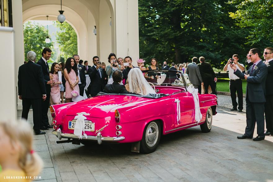 svatba na Žofíně v Praze, růžový kabriolet
