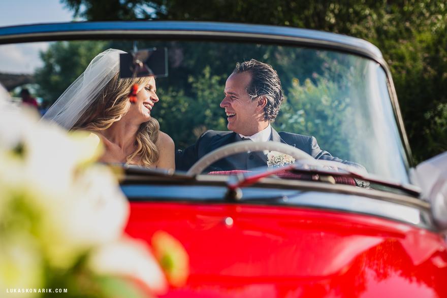svatební fotografie v Praze - červený svatební kabriolet