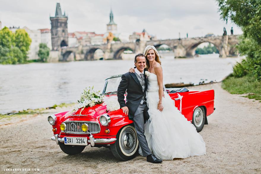 svatební fotografie Praha červený kabriolet