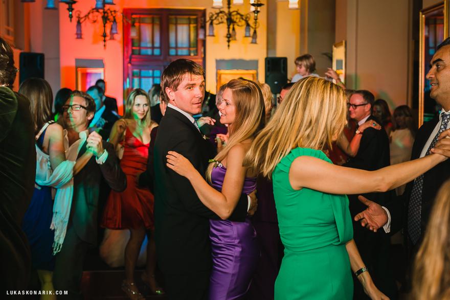 svatební hosté při tanci
