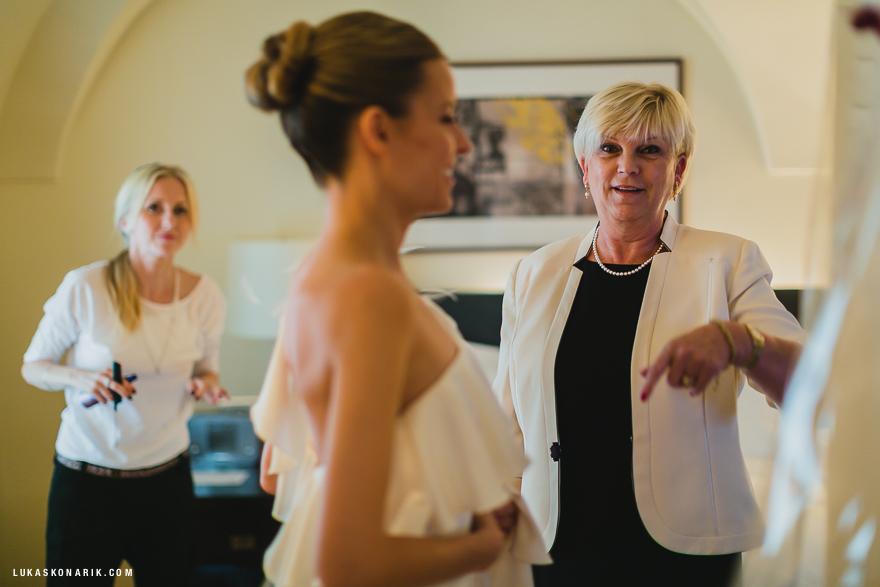 svatební fotografie přípravy nevěsty
