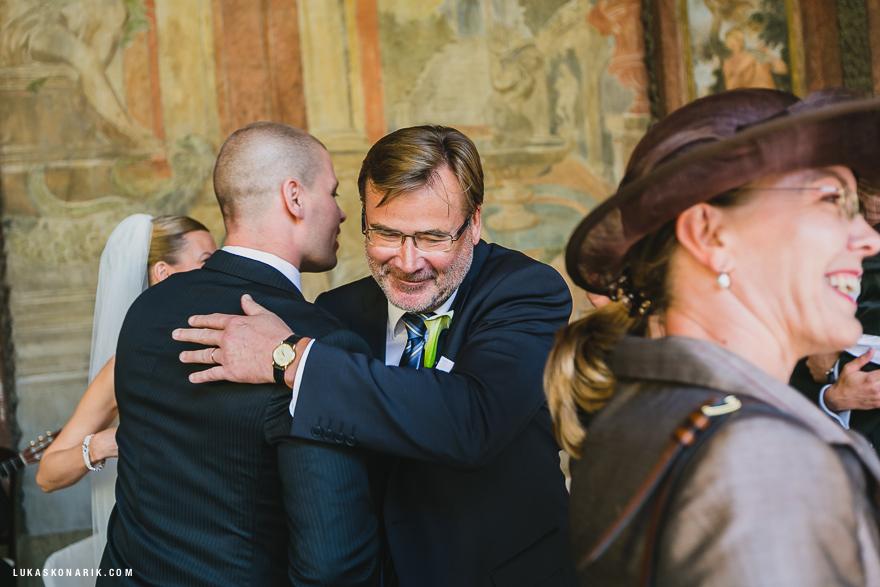 svatební fotografie ženicha a hostů
