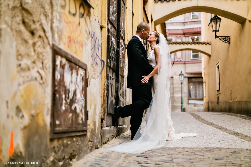 svatební fotografie v Pražských uličkách