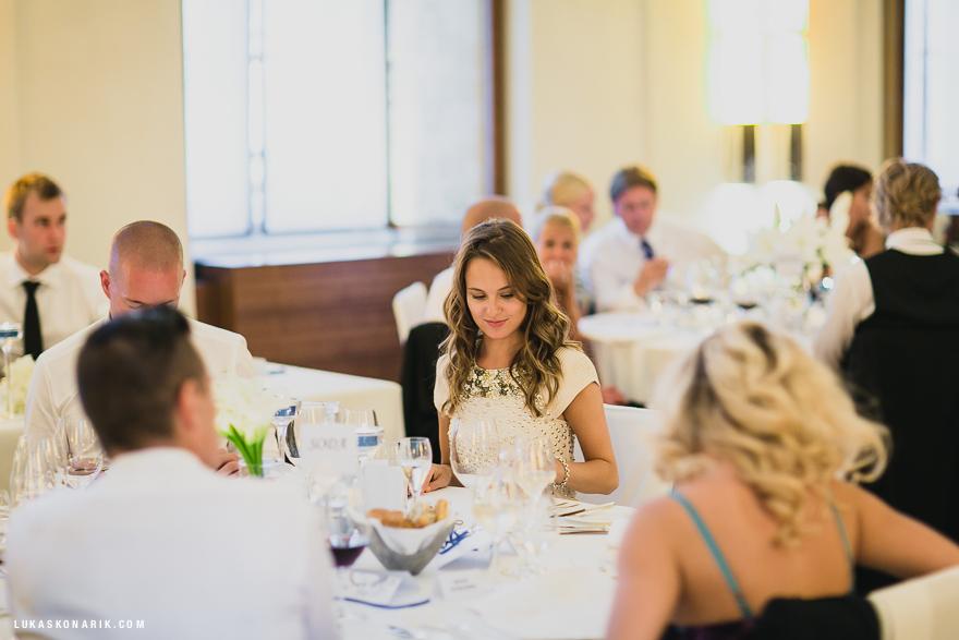 svatební fotografie hostů při hostině