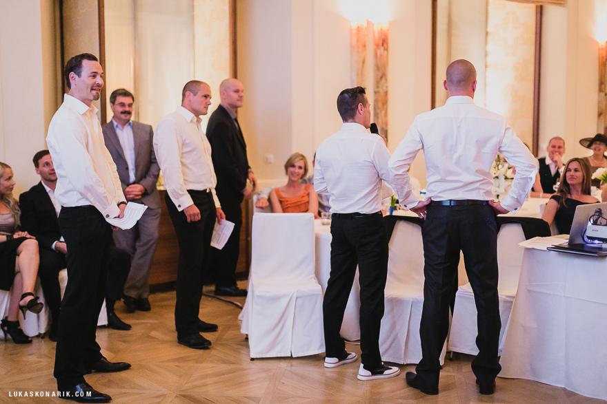 svědkové na svatbě v Praze