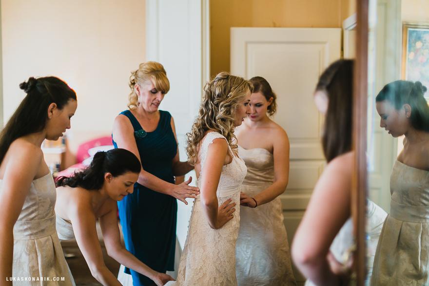 svatební fotografie nevěsty a družiček před svatbou v Praze