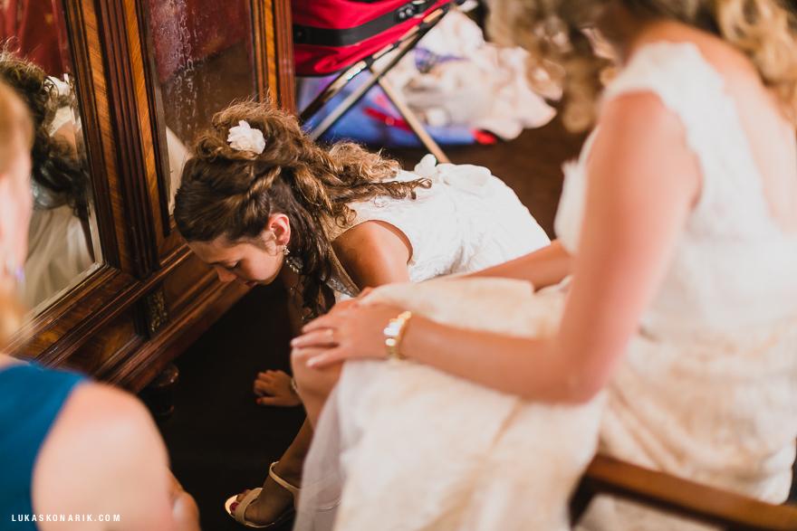 svatební fotografie v Praze - nevěsta s družičkou