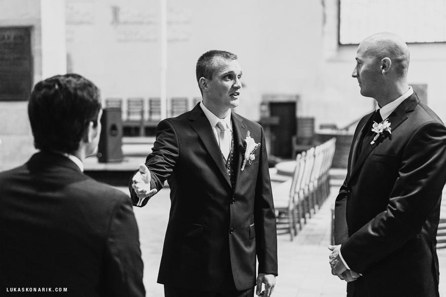svatební fotografie ženicha před svatbou v Praze