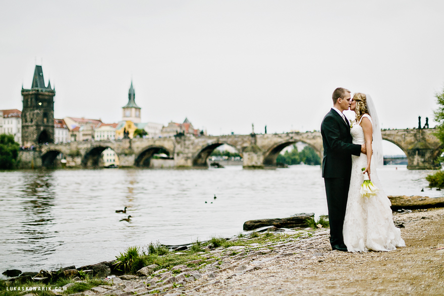 svatební fotografie v Praze u nábřeží