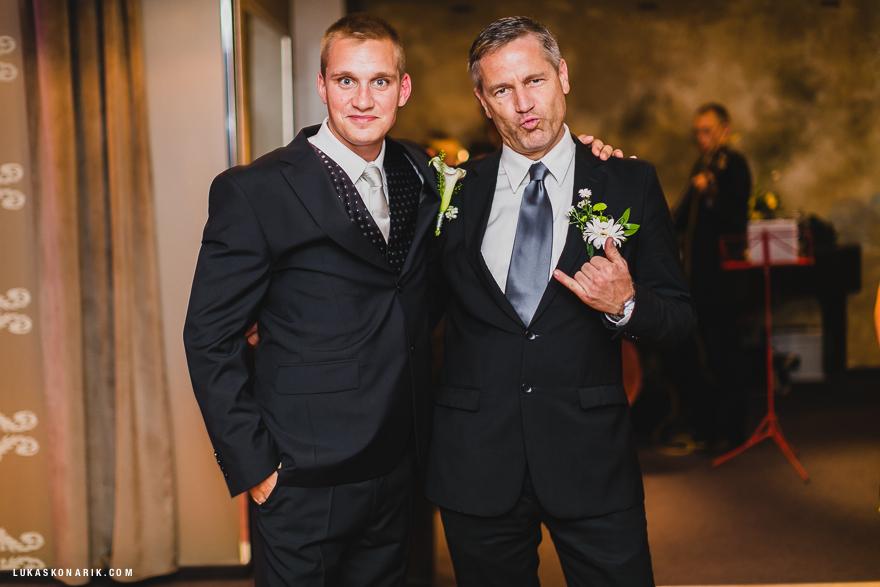 svatební fotografie ženicha s tatínkem