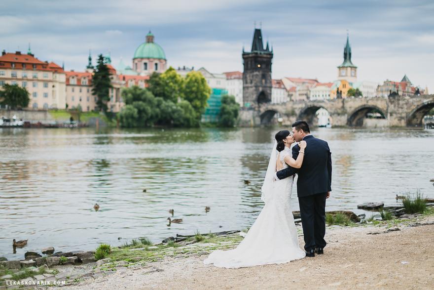 romantická svatba v Praze Nábřeží