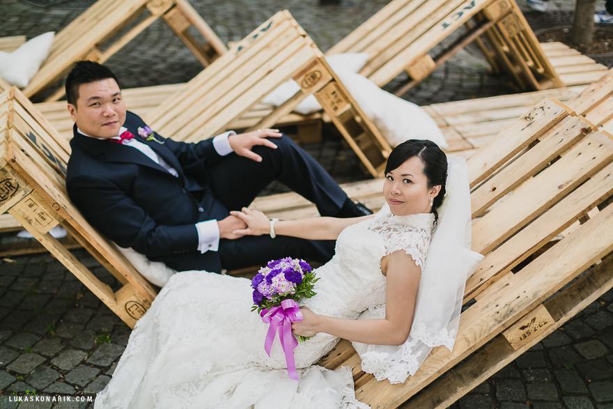 svatební fotografie na náplavce u Vltavy