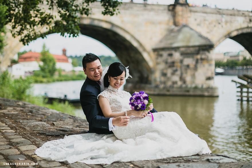 nejlepší svatební fotografie v Praze u Karlova mostu