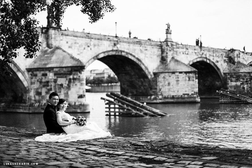 svatební fotografie v Praze u Karlova mostu