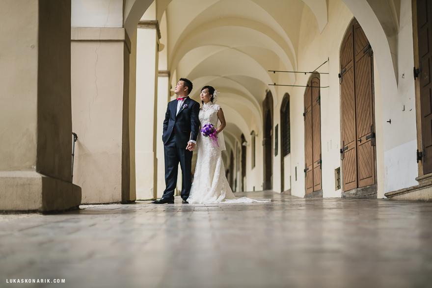 svatební fotografie novomanželů v Praze - podloubí