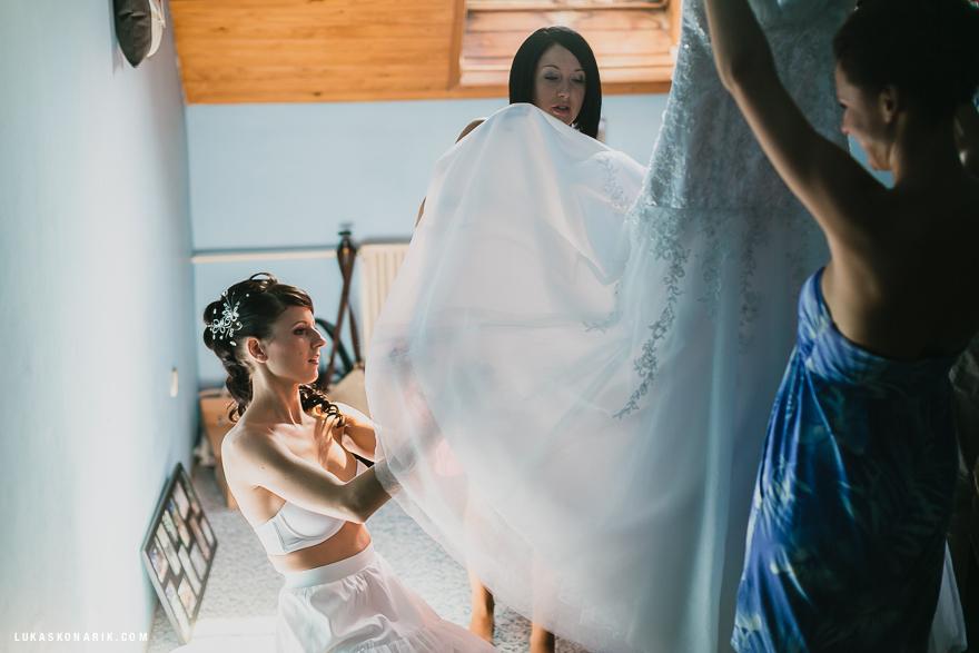 oblékání nevěsty do svatební šatů