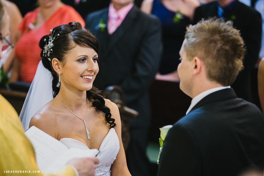 svatební fotografie v kostele