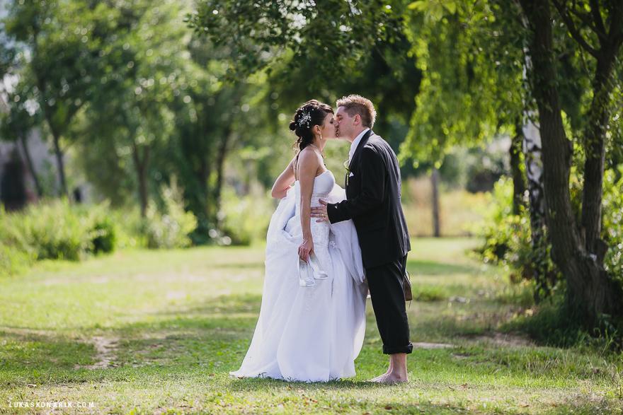 svatební fotografie u rybníka