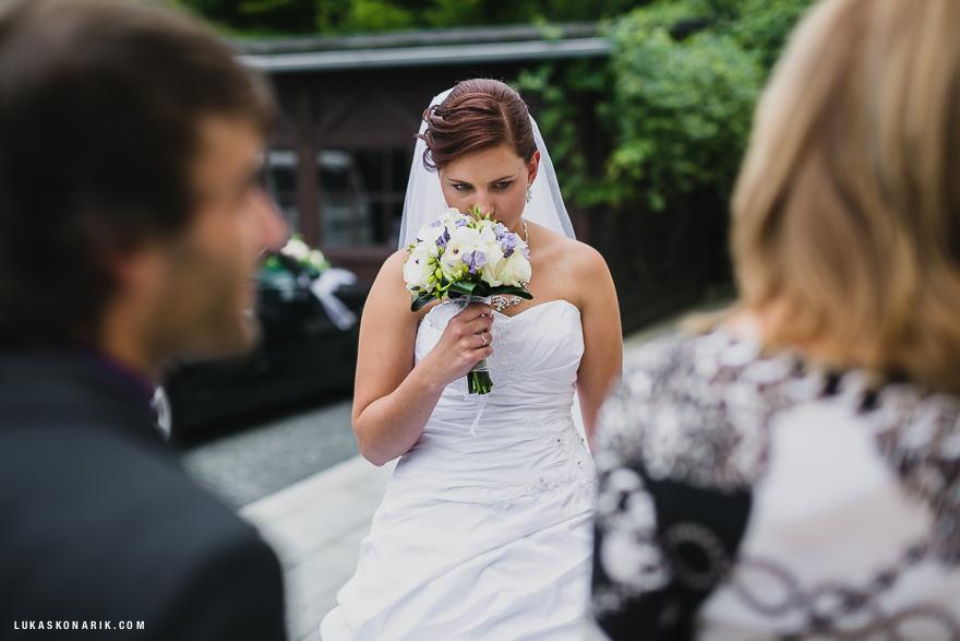 svatební fotografie nevěsty před zámkem Kozel