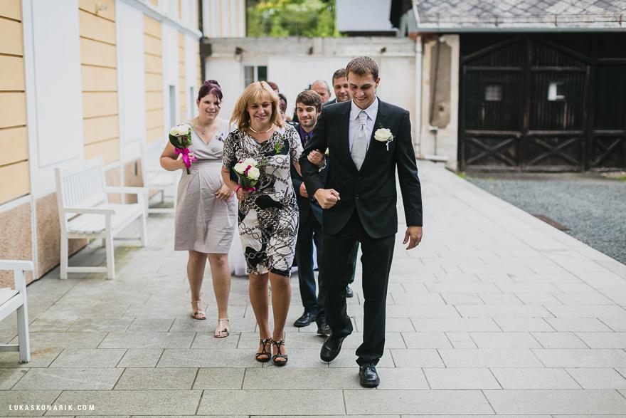 příchod ženich na svatbu na zámku Kozel